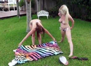 2 Femmes Having Outdoor Bang-out